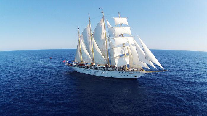 """Vi seglar med Star Flyer längs rutten Leeward Islands, som forna tiders sjöfarare kallade """"öarna över vinden""""."""