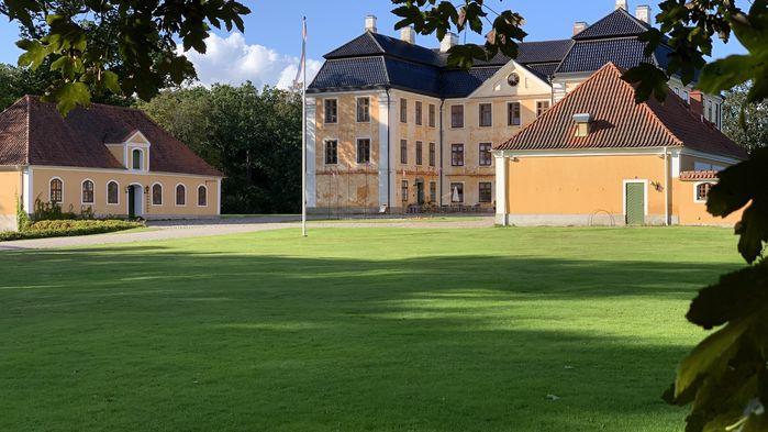 På Christinehofs Slott får vi höra hur änkefrun Christina Piper skapade sitt affärsimperium på 1700-talet.