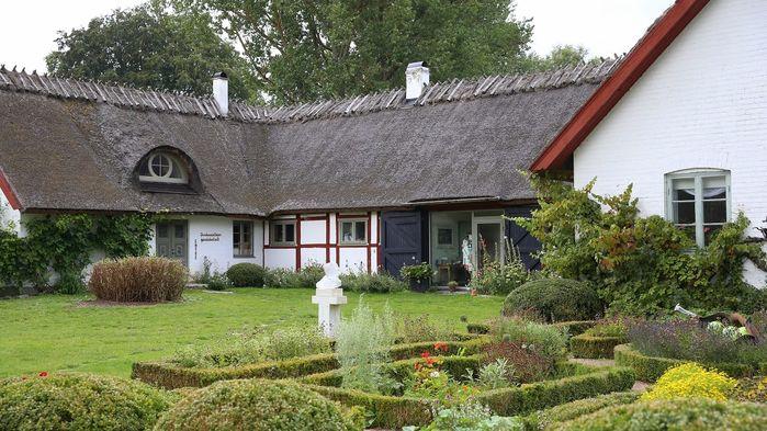 Strax bortom Brösarps omtalade backar ligger Drakamöllans Gårdshotell undangömt inne i bokskogen.
