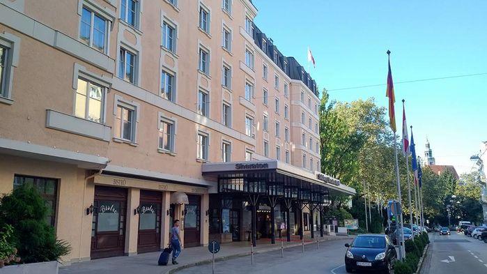 Vi bor bekvämt i classic dubbelrum på femstjärniga Sheraton Grand Salzburg.