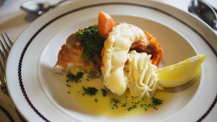 """Måltiderna är varierade och tillgoddoser de flesta smakinriktningar. Mat är god, vällagad och håller hög klass. En gång i veckan bjuder fartygets kapten till """"Captain´s dinner""""."""