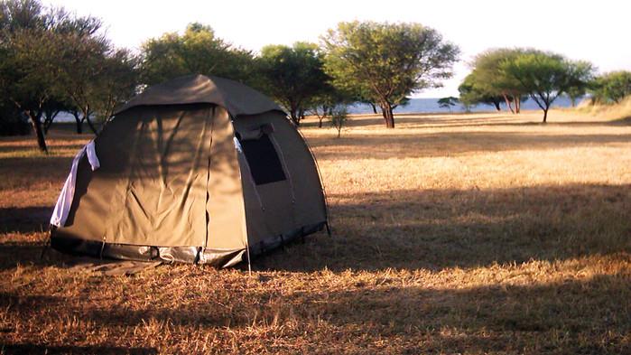 Ni campar i enkla iglootält längs med vägen