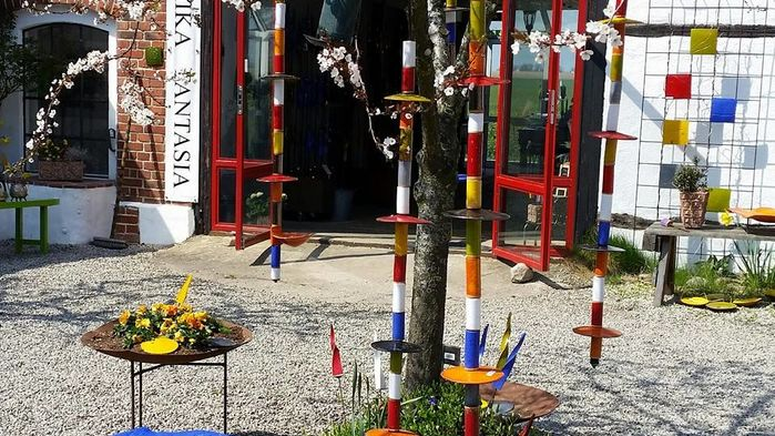 Keramikern Eva Troedson skapar trädgårdskonst i verkstaden på  Keramika Fantasia. Ett uppskattat besöksmål  för hantverksintresserade på Österlen.