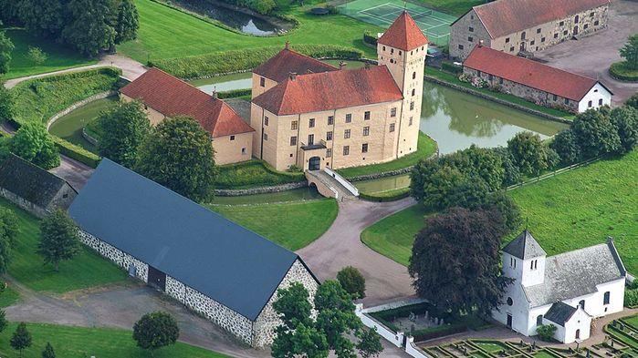Tosterups Slott har anor från 1500-talet. Här driver familjen Ehrensvärd en stor äppelodling. Slottet är också skådeplats för tv-programmet Kockarnas Kamp och vi får prova Tosterups prisbelönta cider i Kockarnas Kamp-ladan.