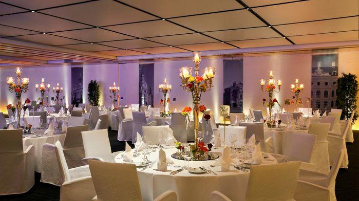 Nyårsfesten hålls i balsalen Kurfürstensaal. En festkväll med en femrätters festmeny, dans och underhållning.