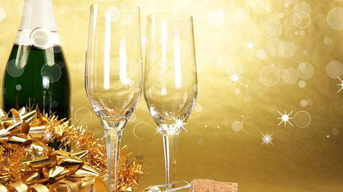 Vi skålar in det nya året med champagne.