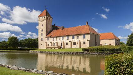 I slutet av september reser vi till det natursköna och pittoreska Österlen. Vi besöker anrika slott som påminner om traktens historiska betydelse.