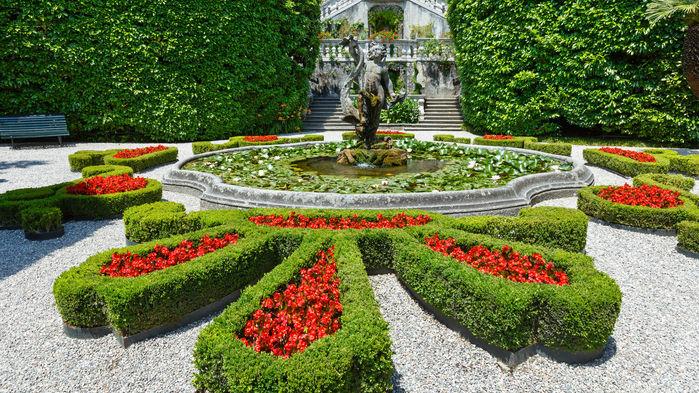 Den vackra och stora parken vid Villa Carlotta är prydd av skulpturer, fontäner, stigar och blomsterrabatter med mer än 150 olika arter.