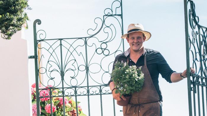 Floristen Karl-Fredrik på Eklaholm delar med sig av sina bäste florist  tips och visar hur man binder en vacker sommarbukett.