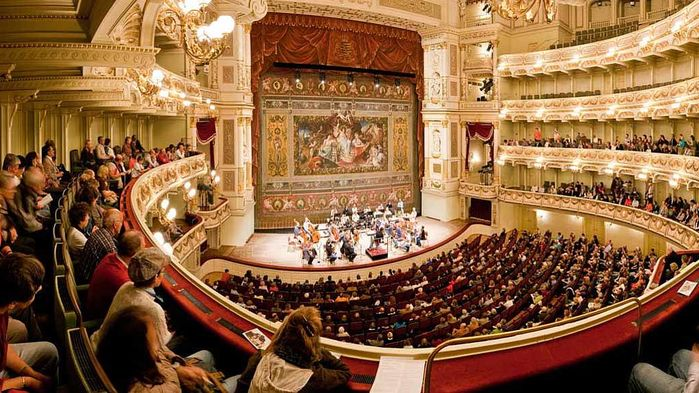 Semperoper är ett av världens vackraste operahus. Vi får upptäcka den vackra arkitekturen i italiensk renässansstil under en guidad visning.