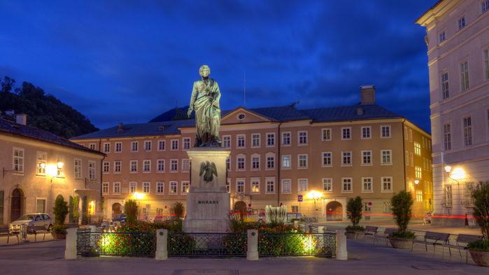 Statyn av musikgeniet Wolfgang Amadeus Mozart står på Mozartplatz.
