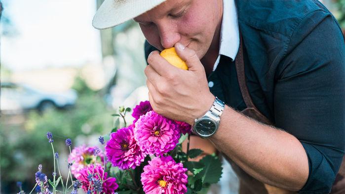 Floristen Karl Fredrik tar emot på gården Eklaholm och visar hur man binder vackra buketter.