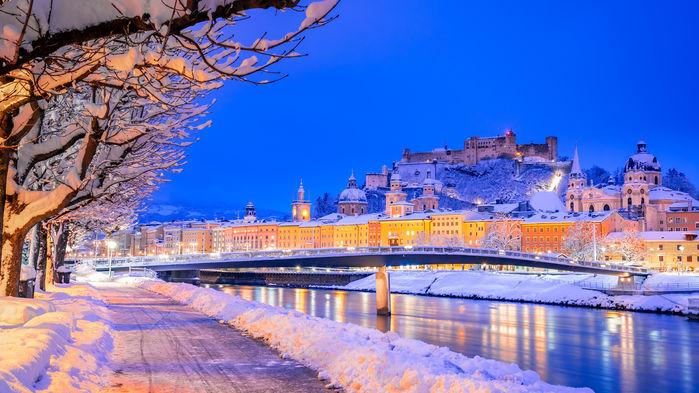 Salzburg ligger idylliskt vid floden Salzach. Uppe på Festungsberg syns borgen Hohensalzburg.