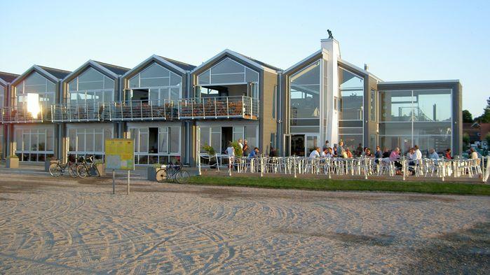 En kväll äter vi middag på populära Buhres i Kiviks hamn.