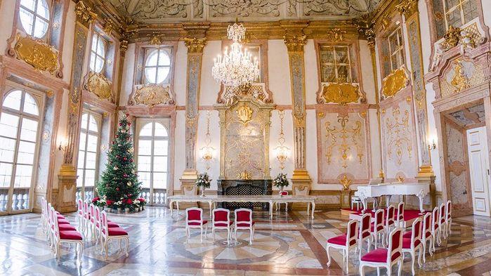 I Marmorsalen på Mirabell uppför ensemblen 1756 musik av Vivaldi och Mozart på instrument från den tiden.
