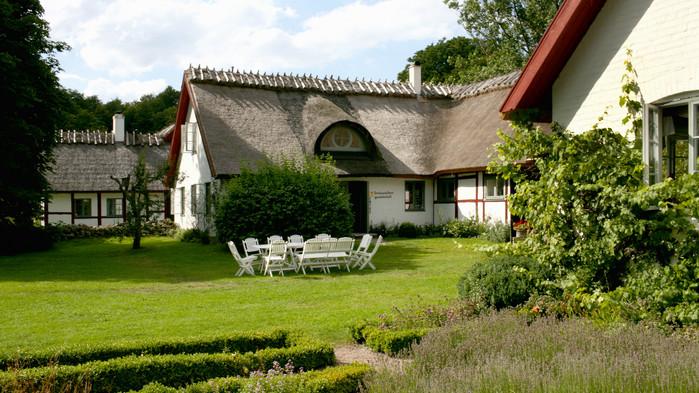 På Drakamöllans Gårdshotell berättar Ingalill Thorsell  om den gamla korsvirkesgården och serverar en lunch med specialiteter från den skånska skafferiet.