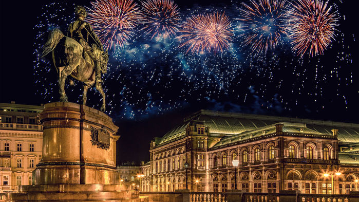 Klockslagen från den berömda kyrkklockan Pummerin i Stefansdomen ringer in det nya året, alltmedan fyrverkeriet lyser upp staden