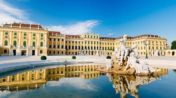 Det kejserliga palatset Schönbrunn är den största attraktionen i Wien. Vi går på guidad visning av 22 rum och äter lunch i en av slottets restauranger.