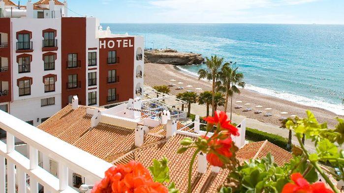 Fyrstjärniga Hotel Perla Marina ligger nära stranden Torrecilla i utkanten av Nerja. Hotellet har swimmingpool, olika rumstyper, gratis wifi.