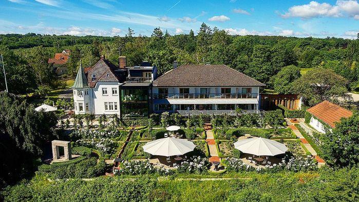 Kiviks Hotell ligger vackert på en höjd med en milsvid utsikt över havet. Hotellet ligger i en villa från 1908 som målarprinsen Eugen hyrde under ett par somrar på 1930-talet.