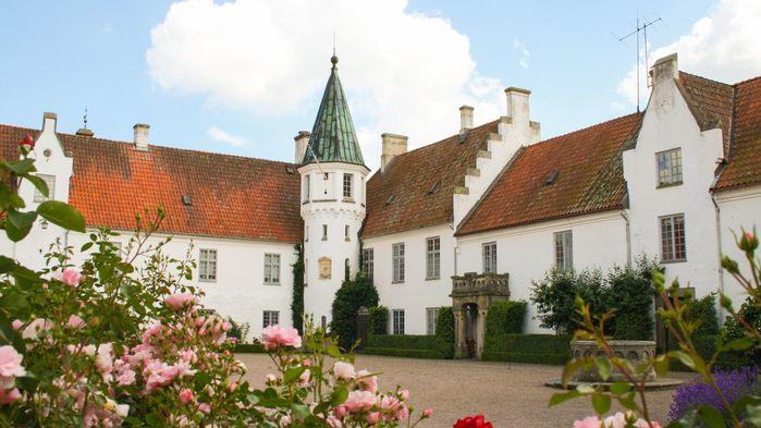 Bosjökloster grundades redan på 1100-talet som ett benediktinerkloster. Sedan 1908 ägs Bosjöklosters Slott av släkten Bonde.