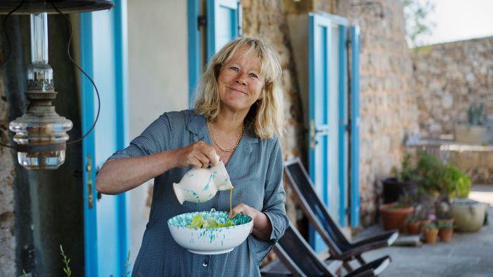 Sanna Töringe visar sin trädgård och låter oss smaka på gyllene olivoljor från Italien.