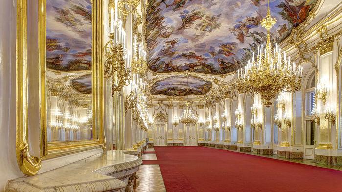 Det 40 meter långa Stora galleriet visar prov på överdådig rokoko med höga fönster, vackra speglar, takkronor och stuckaturer i vitt och guld.