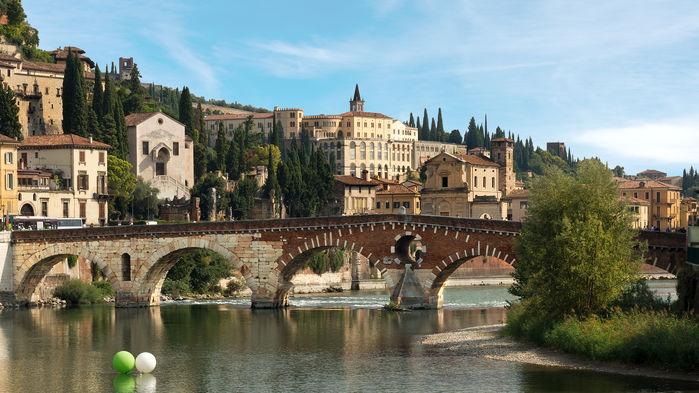 Mycket av den medeltida atmosfären lever ännu kvar runt torgen och gränderna i Veronas gamla stadskärna.