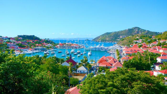 En gång var Saint Barth svenskt, men numera är det världens rika och berömda som koloniserar den lilla ön. I huvudstaden Gustavia finns både Kungsgatan och Vanadisplatsen och över kommunhuset Le Collectivité vajar fortfarande den svenska flaggan.